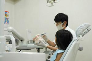 東松山市の歯科医院清水デンタルクリニックの診察風景